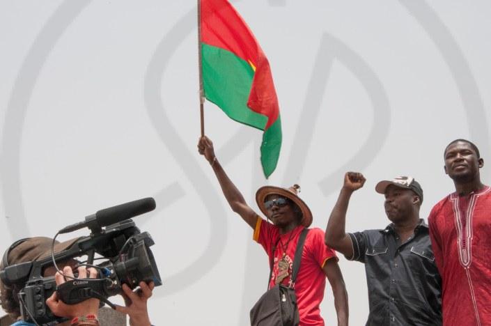 Manifestant soutenant le gouvernement de transition
